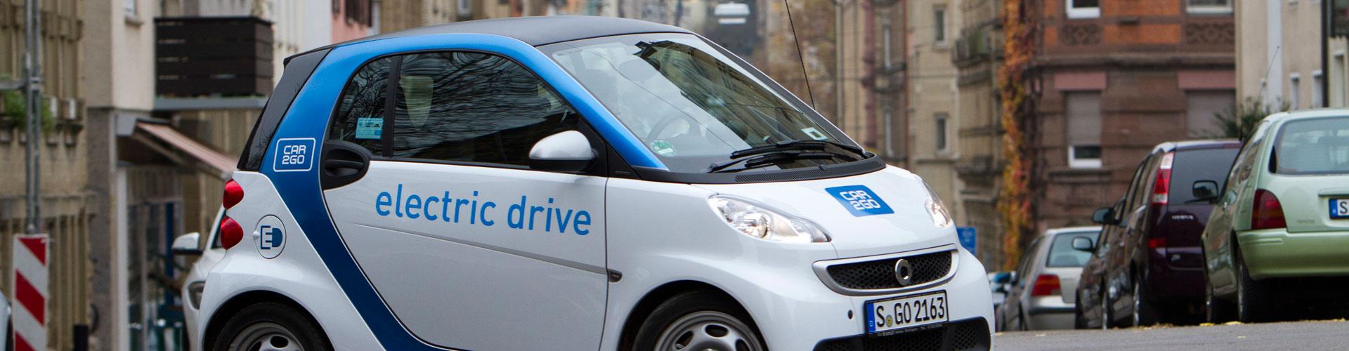 Ein Smart ED von Car2go färht durch Stuttgart (Bild: © Daimler AG).