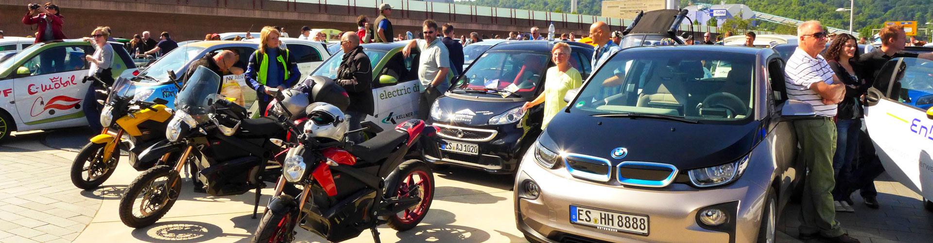 Auf einem Platz stehen verschiedene Elektrofahrzeuge (Bild: © Jana Höffner).