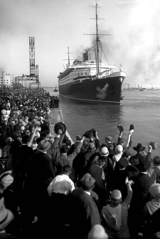 """Der Ozeanriese """"Bremen"""" tritt seine Jungfernreise von Bremerhaven nach New York an (Bild: Deutsches Bundesarchiv, CC BY-SA)."""