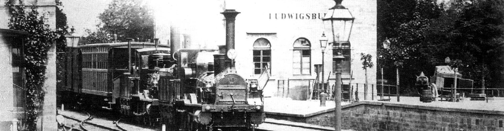 Zug im Bahnhof Ludwigsburg, zwischen 1860 und 1870 (Bild: Sammlung Scharf, gemeinfrei, via Wikimedia Commons).