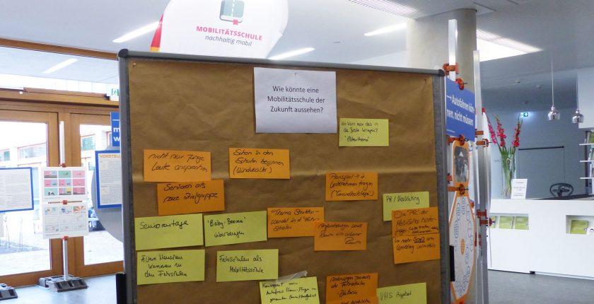 Auf einer Wandzeitung stehen die Ergebnisse des Workshops für eine Mobilitätsschule der Zukunft.
